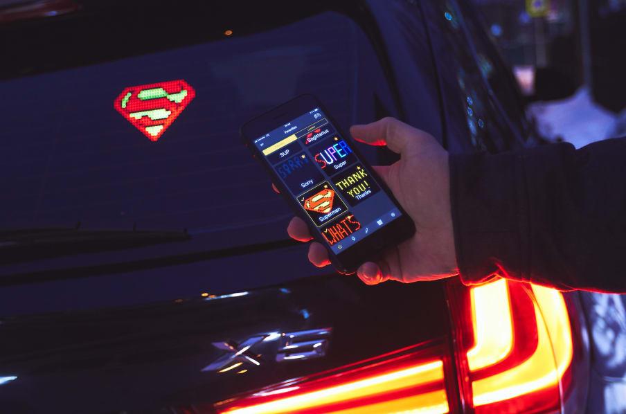 los 7 accesorios para autos novedosos 2020: pantalla de emojis para autos
